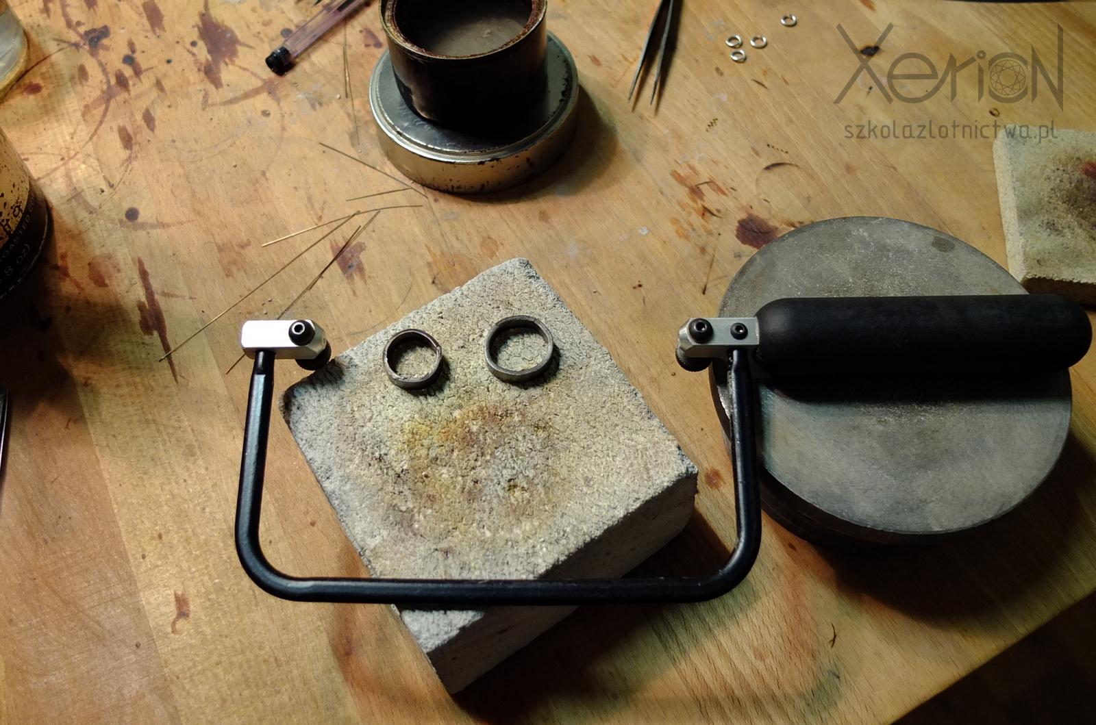 Ramka do brzeszczotów (gesztelka, piłka włosowa) leżąca na stole i uśmiechająca siędo Ciebie.